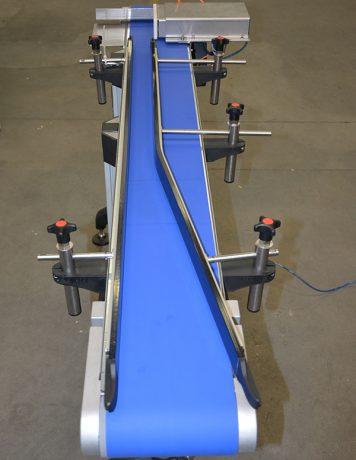 vlakke-transportband-9-met-instelbare-zijgeleiding-en-pusher-356x460